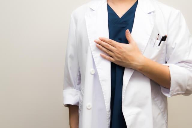 男性医師が胸に手をあてる